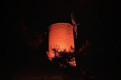 """Με το πορτοκαλί χρώμα φωτίζεται ο """"Μύλος της Λόρεν"""" ως ένδειξη αλληλεγγύης για την εξάλειψη της βίας κατά των γυναικών"""